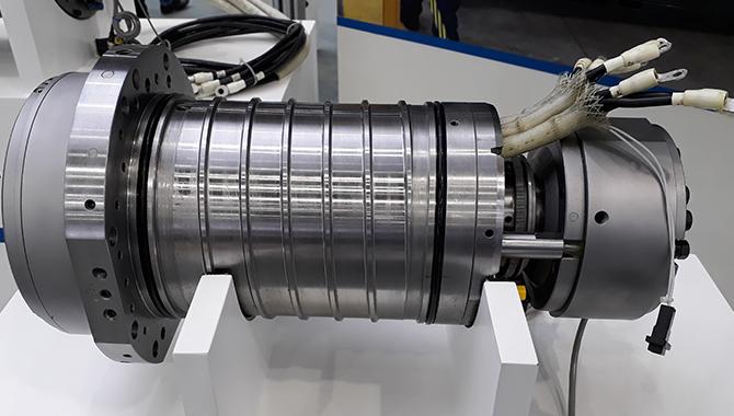 Motorul cu reluctanță PREX de la Okuma integrat în arborele principal